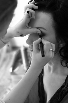 Guidelines On How To Do Your Own Makeup During Your Wedding Day